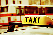Außen, Auto, Autos, Bus, Busse, Detail, Details, Fahrzeug, Fahrzeuge, Farbe, Horizontal, Konzept, Konzepte, Nahaufnahme, Nahaufnahmen, Öffentlicher Personenverkehr, Öffentlicher Transport, Stadt, Städte, Städtisch, Tageszeit, Taxi, Taxis, Verkehr, Verkeh