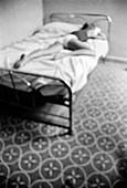 Allein, Alleine, Altmodisch, Ausruhen, Bett, Betten, Eine Person, Eins, Erwachsene, Erwachsener, Frau, Frauen, Frauen (nur), Hingelegt, Innen, Liegend, Mensch, Menschen, Schlafen, Schlafend, Schlafende, Schlafzimmer, Schwarzweiss, Unterwäsche, Vertikal,