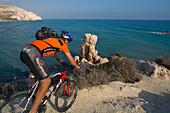 Thomas Wegmueller, Mountainbike Tour in der Nähe von Petra tou Romiou, Felsen der Aphrodite, in der Nähe von Limassol, Südzypern, Zypern