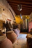 Wein Keller mit Krüge, Vasa Weingut, Troodos Gebirge, Südzypern, Zypern
