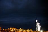 Abendhimmel über den Hotels Burj al Arab und Mina A Salam, Madinat Jumeirah, Dubai, Vereinigte Arabische Emirate, VAE
