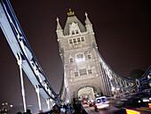 Architektur, Außen, Beleuchtet, Beleuchtung, Diagonal, England, Europa, Farbe, Großbritannien, Länder, London, Nacht, Plätze der Welt, Reisen, Sehenswürdigkeit, Sehenswürdigkeiten, Stadt, Städte, Tower Bridge, Turm, Türme, Vereinigtes Königreich, Verkehr