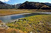 Der ruhige Clarence Fluss in den Bergen der Südinsel, Neuseeland