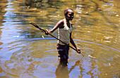 Junges Aboriginal Mädchen beim Speerfischen im Coen River, Queensland, Australien