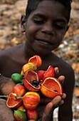 Aboriginal Kinder mit Buscherdnüssen in Arnhem Land, Australien