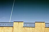 Aussen, Außen, Blau, Blauer Himmel, Detail, Details, Farbe, Flugzeug, Flugzeuge, Frei, Freiheit, Froschperspektive, Gebäude, Geländer, Himmel, Höhe, Horizontal, Kondensstreifen, Phantasie, Reise, Reisen, Streifen, Tageszeit, Unendliche, Verkehrsmittel, We