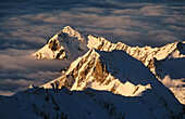 Alpen, Außen, Berg, Berge, Farbe, Geheimnis, Geheimnisvoll, Gipfel, Höhe, Horizontal, Jahreszeit, Jahreszeiten, Kalt, Kälte, Landschaft, Landschaften, Luftaufnahme, Luftaufnahmen, Natur, Nebel, Schnee, Schneebedeckt, schneebedeckt, Sonnig, Spitze, Spitzen