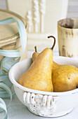 Aliment, Aliments, Bowl, Bowls, Close up, Close-up, Closeup, Color, Colour, Concept, Concepts, Entertaining, Food, Foodstuff, Fruit, Fruits, Healthy, Healthy food, Indoor, Indoors, Inside, Interior, Nourishment, Pear, Pears, Perishable, Still life, Vertic