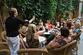 Frauen genießen Aperitif im Garten der Abaco Cocktail Bar in der Altstadt, Palma, Mallorca, Balearen, Spanien, Europa