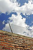 Außen, Blau, Blauer Himmel, Farbe, Froschperspektive, Himmel, Mauer, Mauern, Schutz, Sicherheit, Tageszeit, Wand, Wände, Wolke, Wolken, Zaun, Zäune, Ziegel, Ziegelstein, M01-510124, agefotostock