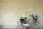 Basket, Baskets, Bicycle, Bicycles, Bike, Bikes, Biking, Color, Colour, Concept, Concepts, Cycle, Cycles, Daytime, Nobody, Parked, Transport, Transportation, Transports, Wall, Walls, M43-518351, agefotostock