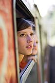 Junge Frau, Mädchen schaut aus dem Fenster, Reisen, Mittenwald, Oberbayern, Bayern, Deutschland
