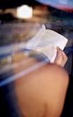 Außen, Buch, Bücher, Detail, Details, Eine Person, Eins, Erwachsene, Erwachsener, Farbe, Frau, Frauen, Frauen (nur), Freizeit, Geschultert, Glas, Halten, Hobby, Hobbys, Lesen, Mensch, Menschen, Offen, Reflektion, Reflektionen, Rückenansicht, Schulter, Sin