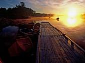 Abend, Aussen, Baum, Bäume, Boot, Boote, Draussen, Farbe, Flussufer, Geräuschlosigkeit, Hintergrundbeleuchtung, Horizont, Horizonte, Landesteg, Landestege, Landschaft, Landschaften, Menschenleer, Natur, Niemand, Rücklicht, Ruhe, Ruhig, See, Seen, Sonne, S