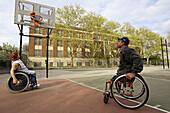 Aktivität, Aussen, Ball, Bälle, Basketball, Behinderte, Behinderter, Behinderung, Behinderungen, Draussen, Erholen, Erholung, Erwachsene, Erwachsener, Farbe, Freizeit, Ganzkörper, Ganzkörperaufnahme, Geschick, Geschicklichkeit, Mann, Männer, Männlich, Mat