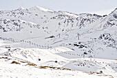 Idyllisch verschneite Skilandschaft mit Gondel und Skilift, Ötztal, Obergurgel, Österreich