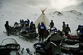 Relax dentro de un lavvus (Tienda sami). Snowmobile excursion from Honningsvag to Helnes lighthouse in Barents Sea with Destinasjon 71º Nord. Finnmark. Lapland. Norway.
