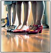 Absatz, Absätze, Bein, Beine, Boden, Böden, Drei, Drei Personen, Farbe, feminin, Fuß, Fußboden, Fußböden, Füsse, Gestoppt, Groß, Innen, Kind, Kinder, Kindheit, Kokett, Koketterie, Mädchen, Mensch, Menschen, Minirock, Miniröcke, Namenlos, Rahmen, Rock, Röc