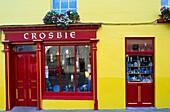 Leuchtend gelbe Fassade eines Ladens, Ennistymon, County Clare, Irland, Europa