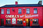Blick auf die leuchtend rote Fassade von O'Neill's Pub, Allihies, Ring of Beara, County Cork, Irland, Europa