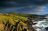 Küstenlandschaft und Meer unter Regenwolken, Achill Island, County Mayo, Irland, Europa