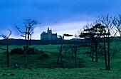 Blick auf Mullaghmore Castle am Horizont in der Abenddämmerung, County Leitrim, Irland, Europa