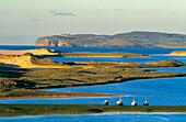 Küstenlandschaft mit Fischerboote bei Gortahork, County Donegal, Irland, Europa