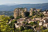 Blick auf das Dorf Saignon im Luberon Gebirge, Mont Ventoux am Horizont, Vaucluse, Provence, Frankreich
