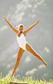 Aktivität, Außen, Badeanzug, Badeanzüge, Eine Person, Eins, Erwachsene, Erwachsener, Farbe, Fitness, Flexibilität, Frau, Frauen (nur), Frauen, Freizeit, Gelenkigkeit, Gesundheit, Gymnastik, Jugend, Jung, Land, Mensch, Menschen, Natur, Sich strecken, Somme