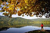 Frau am Seeufer, Schliersee, Seen in Bayern, Oberbayern, Bayern, Deutschland