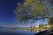 Kirche und Schloss am Seeufer im Sonnenlicht, Wasserburg, Bodensee, Bayern, Deutschland