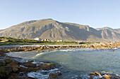 Blick auf die Küste bei Kleinmond im Sonnenschein, Westkap, Südafrika, Afrika