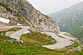Berglandschaft mit Bergpass, Straße durch die Berge, St. Gotthard, Schweiz