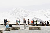 Touristen betrachten den Aussicht, Aussichtspunkt, Berglandschaft, Wallis, Schweiz
