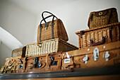 Alte braune Koffer und Körbe warten auf eine neue Reise