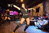 Junge Frau tanzen Salsa, Salsa-Club, Manhattan, New York City, New York, USA