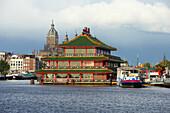 Chinesisches Restaurant vor Kirchturm am Fluss Oosterdok, Amsterdam, Niederlande, Europa