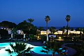Ein beleuchteter Pool mit Palmen bei Nacht, Hammamet, Gouvernorat Nabeul, Tunesien, Afrika