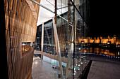 Detail der Oper und Blick auf die Stadt bei Nacht, Oslo,  Norwegen
