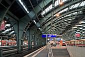 Innenansicht des Ostbahnhofs bei Tag, Berlin, Deutschland, Europa