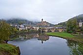 Castle and bridge over the river Lot, Autumn fog, The Way of St. james, Chemins de Saint Jacques, Via Podiensis, Estaing, Dept. Aveyron, Région Midi-Pyrénées, France, Europe