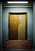 Farbe, Holz, Hölzern, Innen, Konzept, Konzepte, Menschenleer, Niemand, Tageszeit, Tür, Türen, Veraltet, Verlassen, L55-707520, agefotostock