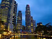 Abend, Architektur, Asien, Aussen, Beleuchtet, Beleuchtung, Draussen, Farbe, Fluss, Flüsse, Gebäude, Großtadtlandschaft, Großtadtlandschaften, Innenstadt, Länder, Lichter, Nacht, Plätze der Welt, Reflektion, Reflektionen, Reisen, Singapur, Skyline, Sonnen