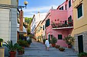 Malerische Gasse in Marina di Campo, Elba, Italien