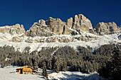 Berglandschaft in Winter mit Berghütte, Karerpass, Rosengarten, Rosengartengruppe, Eggental, Südtirol, Italien