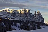 Berglandschaft in Winter, Seiser Alm mit Santnerspitze, Schlerngebiet, Südtirol, Italien