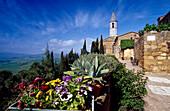 Blick auf eine Kirche im Sonnenlicht, Via dell'Amore, Pienza, Val d'Orcia, Toskana, Italien, Europa