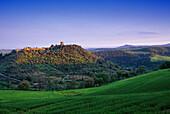 Hügellandschaft mit Burg, Toskana, Italien, Europa