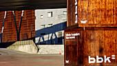 Aussen, Baskenland, Bilbao, Bilbo, Bizkaia, Container, Detail, Details, Dock, Docks, Draussen, Europa, Euskadi, Euskal Herria, Farbe, Hafen, Häfen, Last, Menschenleer, Museen, Museum, Nahaufnahme, Nahaufnahmen, Niemand, Schild, Schilder, Schober, Spanien,