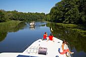 mit dem Hausboot auf der Obere-Havel-Wasserstraße, Havel, Nähe Ziegeleipark Mildenberg, Mecklenburger Gewässer, Brandenburg, Deutschland, Europa